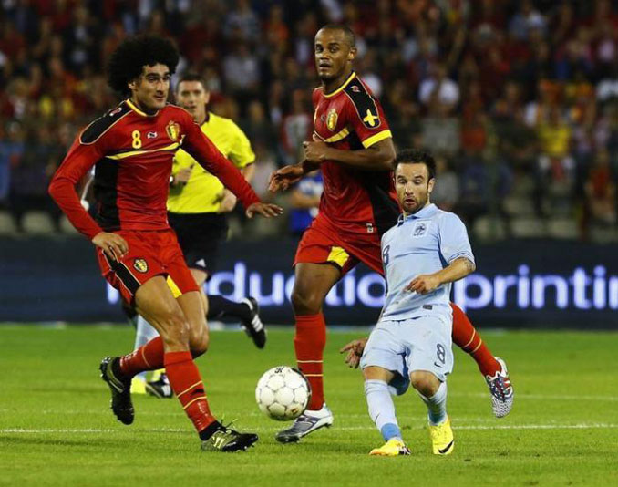 Football player Mathieu Valbuena looks so small in this photo - 10 photos you won't believe weren't photoshopped.
