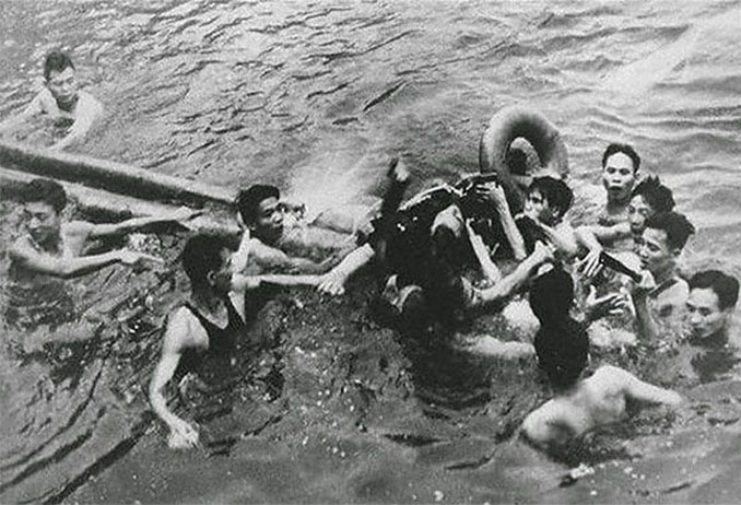 A photo of John McCain being captured by Vietnamese villagers - 10 Rare Photos From History