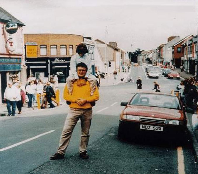 A man and child moments before the Omagh bombing in Northern Ireland - 10 REAL Photos With Unsettling Backstories
