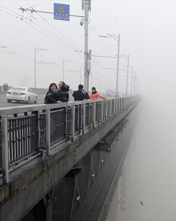 Woman jumping off the Wuhan Yangtze River Bridge - 10 REAL Photos With Unsettling Backstories