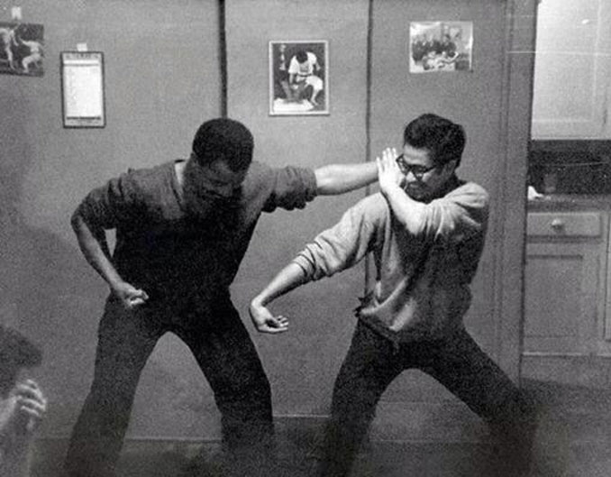 Bruce Lee teaching his first student Jesse Glover.